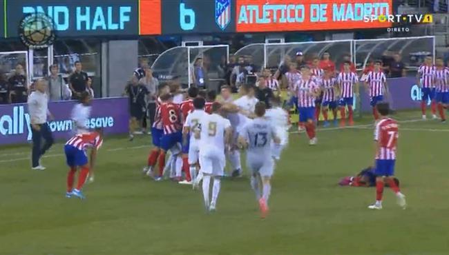 طرد دييجو كوستا وكارفاخال بعد مشادة بينها في مباراة ريال مدريد واتلتيكو مدريد