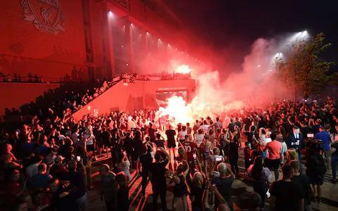فيديو احتفال مشجعي وجماهير ليفربول بتتويجه بطل الدوري الانجليزي