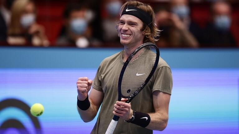 الروسي روبليوف يتأهل لثالث أدوار بطولة باريس لكرة المضرب